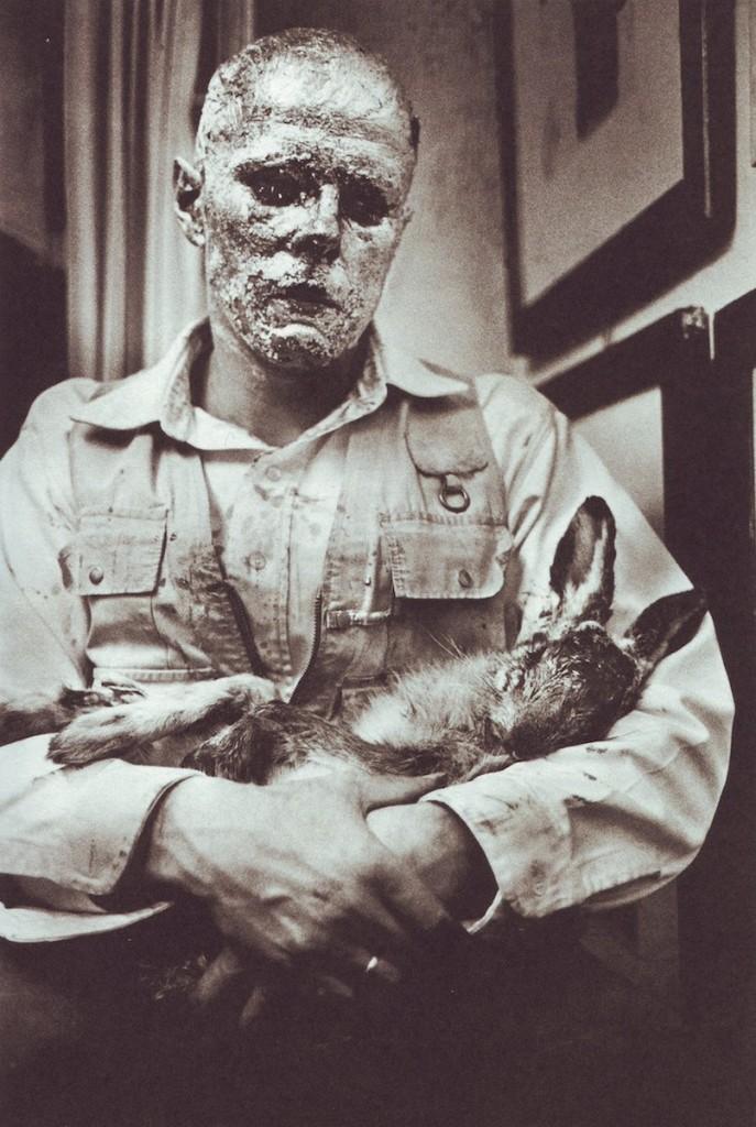 Joseph Beuys: Wie man dem toten Hasen die Bilder erklärt, November 1965